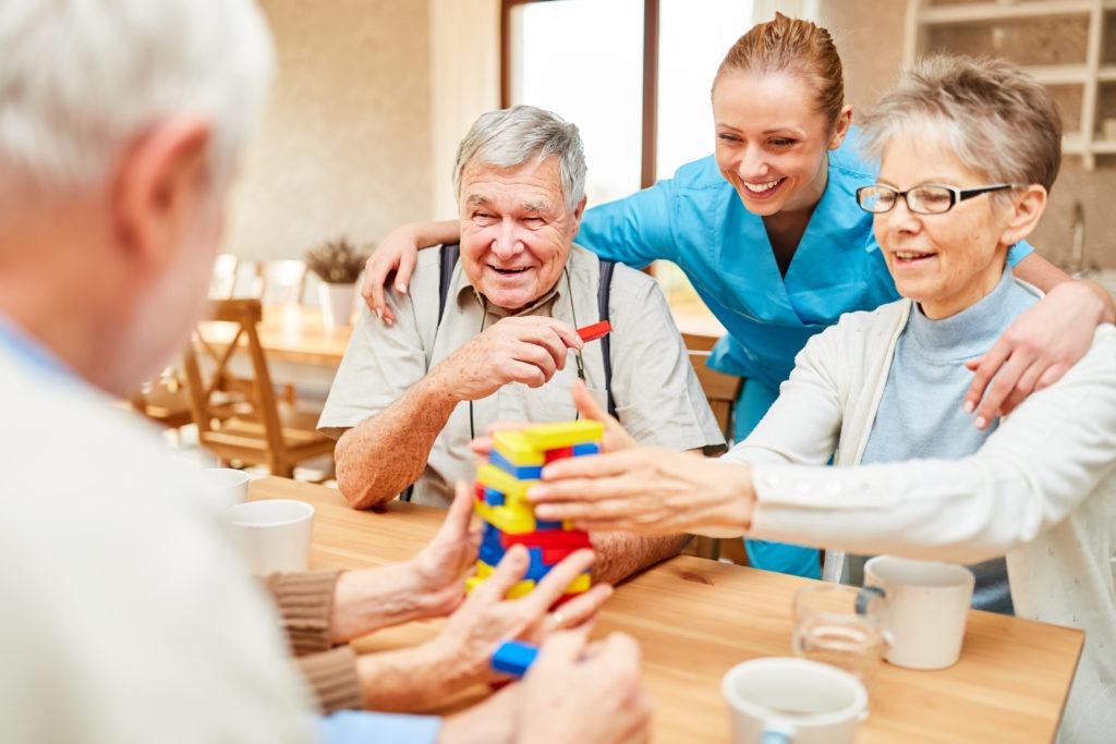 Seniors - réunion - soignant - animation - jeu - ehpad